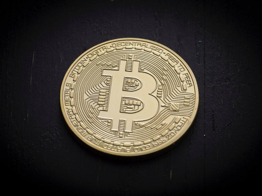 Bruk kryptovaluta til gamling Har du noen kryptovaluta liggende og ønsker å bruke det til gambling? Da bør du lese videre her. Kryptovaluta er en type valuta som kun finnes digitalt, det er altså ingen mynter eller sedler, kun digitale numre som flyttes rundt. Det er en valutaform der verdien endres etter tilbud og etterspørsel, slik som for eksempel euro og dollar, likevel er det noen forskjeller ettersom de ikke reguleres av en nasjonal bank eller et finansielt institutt. Kryptovaluta kan kjøpes på nett hos en handels plattform som tilbyr dette. Det er enkelt og raskt å kjøpe, det eneste du trenger å gjøre er å opprette en profil, legge inn minste innskuddet og finne den kryptovalutaen du ønsker å kjøpe. Etter du har kjøpt kryptovaluta kan du enten velge å holde de og vente til verdien eventuelt øker, eller så kan du bruke de som en betalingsmetode. Nettcasinoer og krypto Nettcasinoer er et av stedene du kan bruke kryptovaluta. Mange sider tilbyr dette som en betalingsmetode, akkurat som VISA, Mastercard og PayPal. Mange velger å bruke kryptovaluta som Bitcoin, fordi det ligger en «Block chain» teknologi bak. Denne gjør det vanskeligere å spore og betalingen er mer anonym en vanlig. Dessuten er overføringene raskere ettersom det ikke er noen bank som skal behandle betalingene. Hva har kryptovaluta og gambling til felles? Både kryptovaluta og gamling er en hobby som mange har. Det er en måte å holde seg underhold på og mange synes det er spennende. På nettcasinoer får du fordeler som casino tilbud og gratis spins, og med kryptovaluta får du fordeler som raske overføringer og en mer anonym handel. Likevel kan begge deler være svært risikabelt ettersom begge to er gambling med penger. Det gjelder å holde styr på forbruket sitt når det kommer til dette, slik at både kryptovaluta og gambling kan bli en måte å slappe av på.